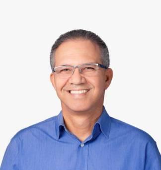 Carlos Geilson dos Santos Silva é formado em Letras Vernáculas pela Universidade Estadual de Feira de Santana (Uefs) e atua como radialista na segunda maior cidade da Bahia, Feira de Santana, apresentado programas diários desde 1978. Foi eleito deputado estadual em 2010 e reeleito em 2014.